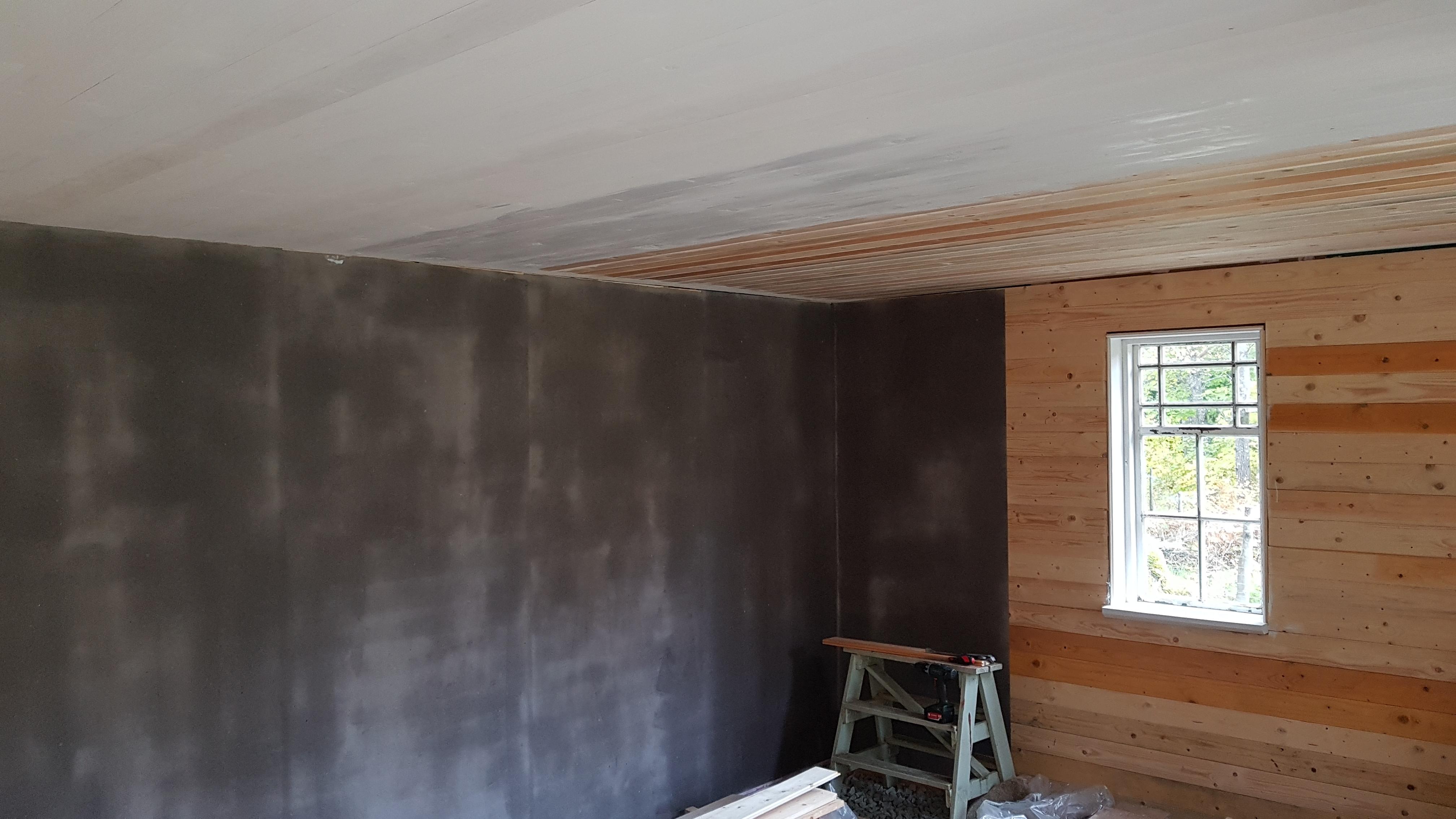 Lumppapp uppsatt på vägg och grundad med limvatten