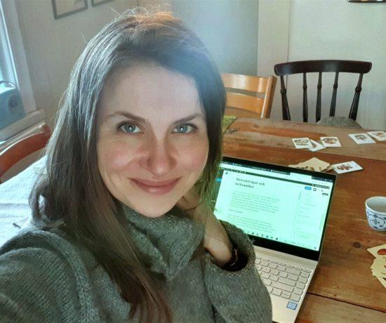 Elisabeth Biström vid sitt köksbord
