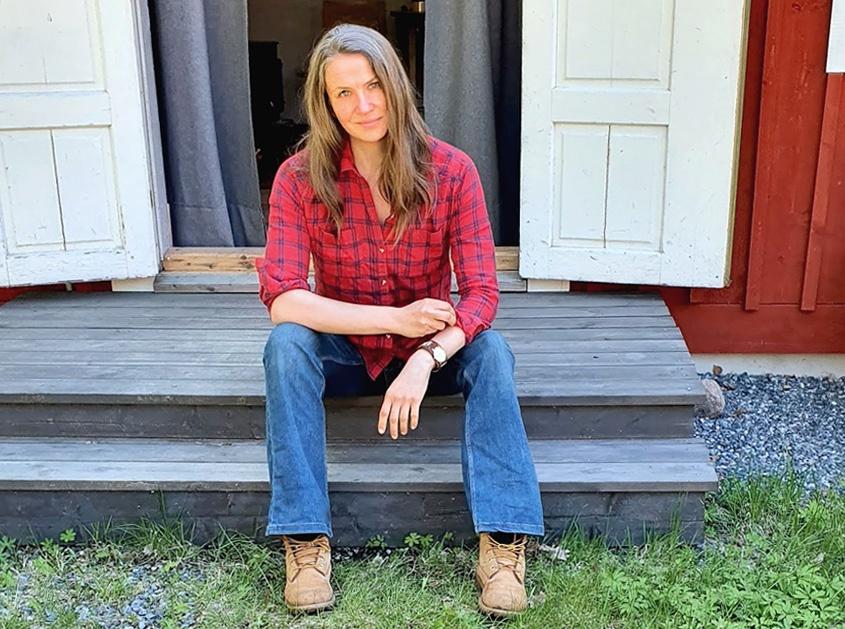 Elisabeth Biström vid sin atelje